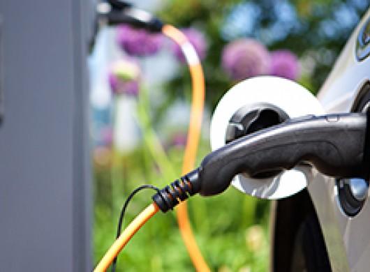 Nous sommes de plus en plus nombreux à opter pour des voitures hybrides et électriques. Un plus pour l'environnement mais aussi pour vos assurances